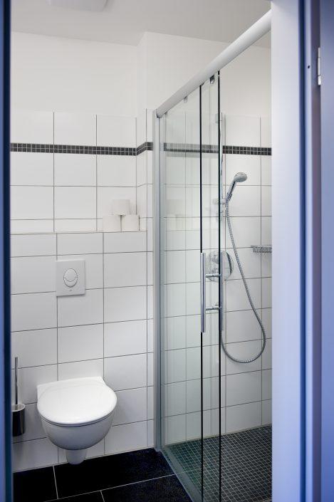 Das Bad des Einzelzimmers der Bildungsherberge der Studierendenschaft der FernUniversität Hagen