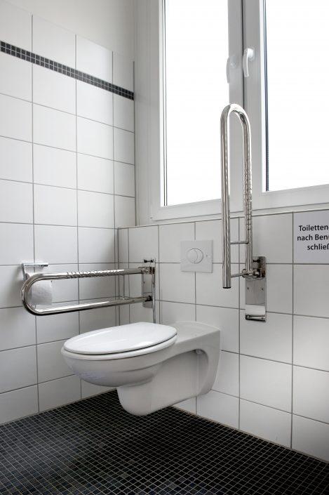Das schwerbehindertengerechte Bad des Doppelzimmers der Bildungsherberge der Studierendenschaft der FernUniversität Hagen